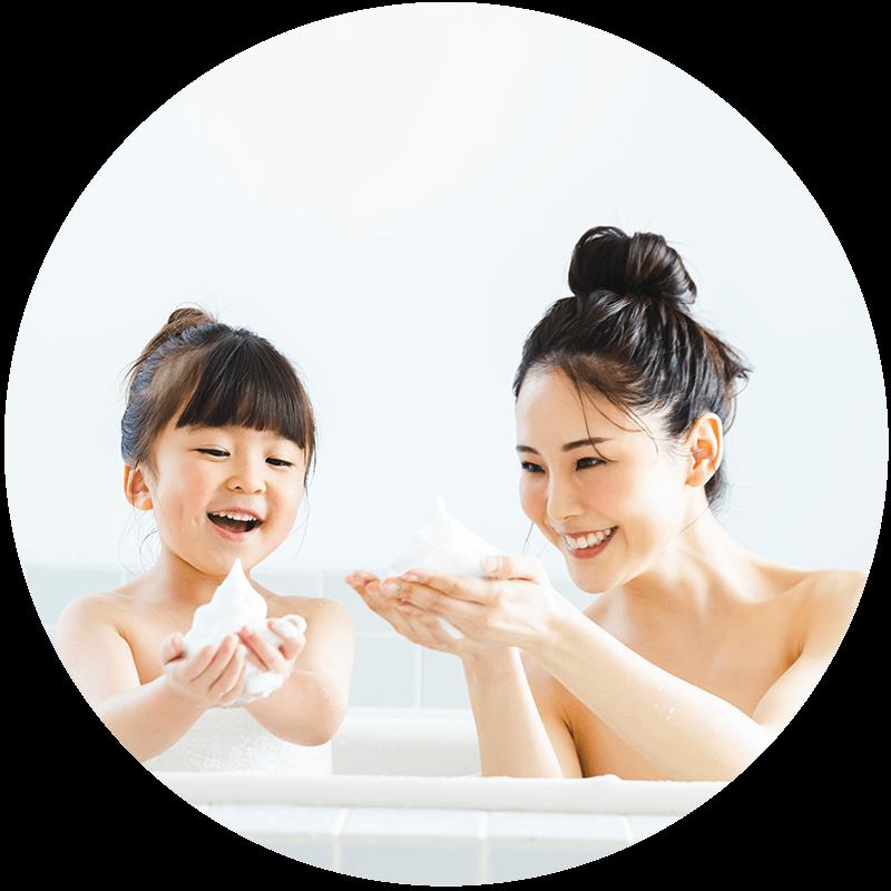 お風呂に浸かり泡で遊ぶ親子