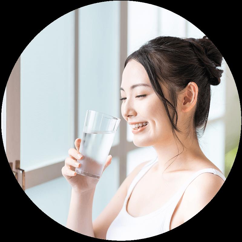 笑顔で水を飲む女性
